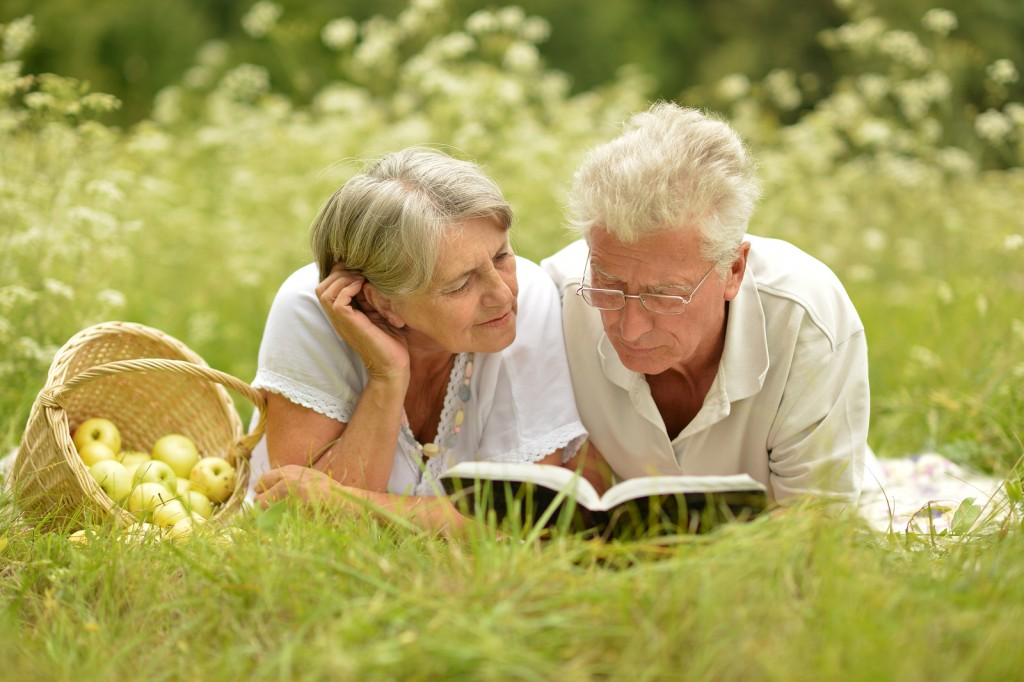 elder couple learns about medigap coverage